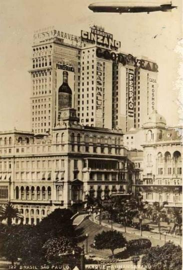 Edifício Martinelli com Zeppelin ao fundo