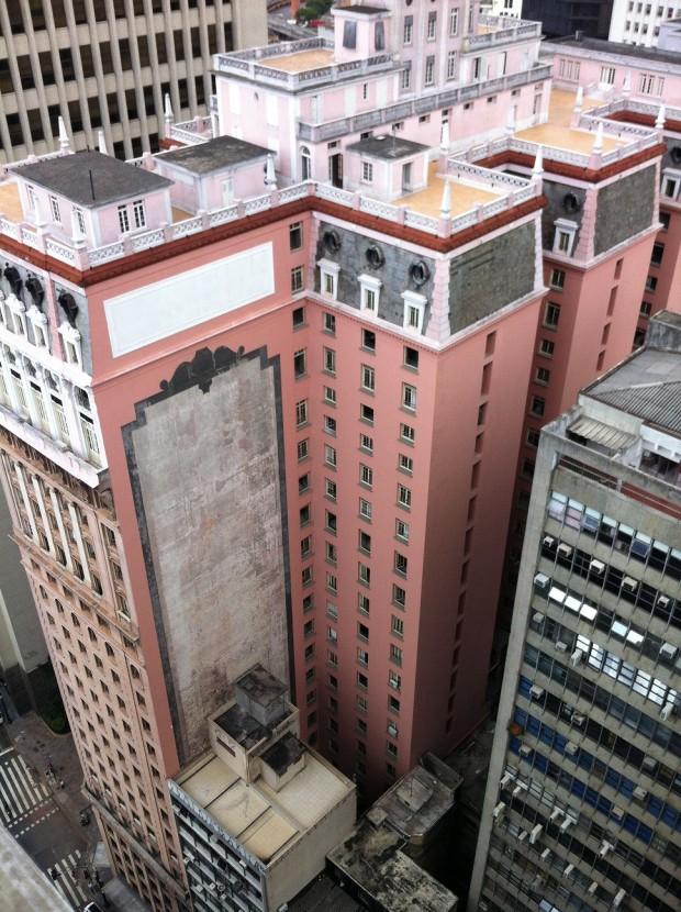 """Painel emoldura que """"apareceu"""" após a reforma do edifício Martinelli, visto a partir de prédio na mesma rua"""