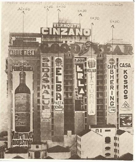 Imagem antiga do edifício Martinelli, mostrando  anúncios em suas empenas cegas
