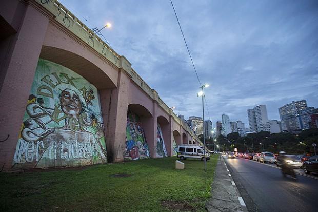 """Estruturas conhecidas como """"Arcos do Jânio"""", que receberam arte urbana em seus vãos - foto de Marlene Bergamo/Folhapress"""